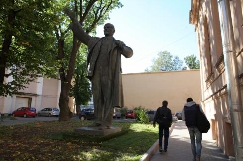 Памятник Ленину во дворе академии Лесгафта