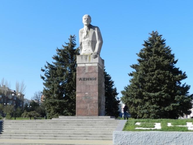 Памятник с семейный Азов надгробие в виде лебедя
