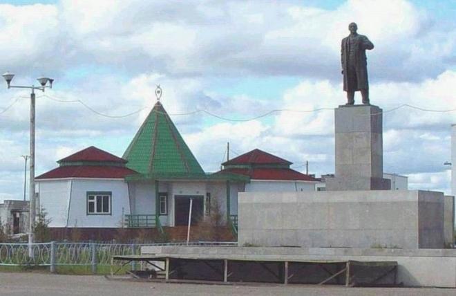 Нюрба   Памятники Ленину